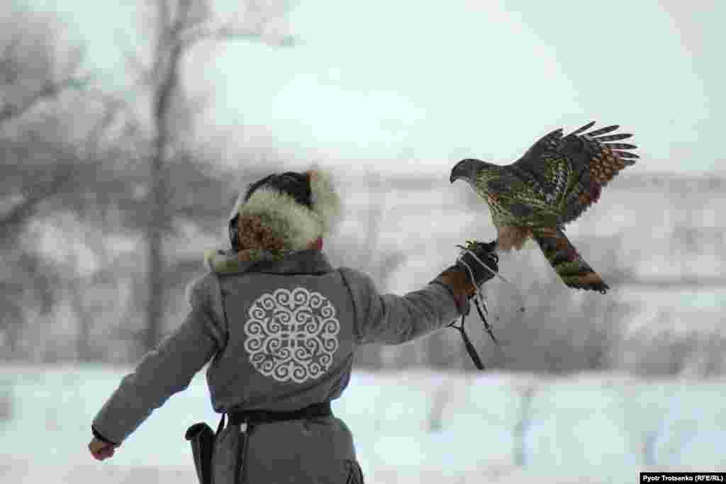 "A Kazakh eagle hunter, known as a ""berkutchi,"" takes a part in national hunting competition in Uralsk, Kazakhstan, on February 25. For more on eagle hunters, visit our story. (Pyotr Trotsenko, RFE/RL)"