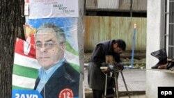 Предвыборный постер кандидата в президенты самопровозглашенной республики Абхазия Заура Ардзинба