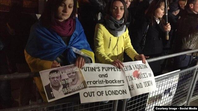 Участники акции протеста против концерта Валерии в Лондоне