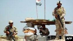 Иракские войска на контрольно-пропускном пункте в окрестностях Багдада, май 2015 года.
