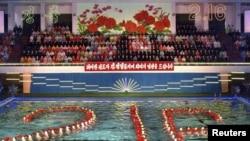 Синхронизирано пливање во чест на роденденот на Севернокорејскиот лидер Ким Јонг Ил на 15 февруари 2011. Лидерот слави, луѓето гладуваат.