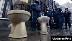 Акция протеста Демократического альянса у российского посольства в Киеве. Активисты принесли два золотых унитаза, символизирующие переговоры Владимира Путина и Виктора Януковича