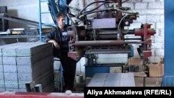 Балпық би ауылындағы кірпіш шығаратын кәсіпорын жұмысшысы. Алматы облысы, 20 шілде 2012 жыл. (Көрнекі сурет)