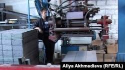 Рабочий на заводе по производству строительных материалов. Алматинская область, июль 2012 года.