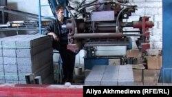 Рабочий на кирпичном заводе. Талдыкорган, 20 июля 2012 года.