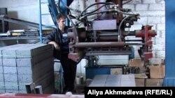 Рабочий на заводе по производству строительных материалов. Алматинская область, 20 июля 2012 года.