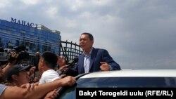 Лидер партии «Республика» Омурбек Бабанов в аэропорту Бишкека. 9 августа 2019 года.