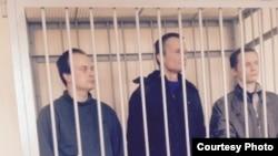 Фото з суду над активістами: Олег Саввін, Михайло Фельдман, Дмитро Фонарьов (л > п)