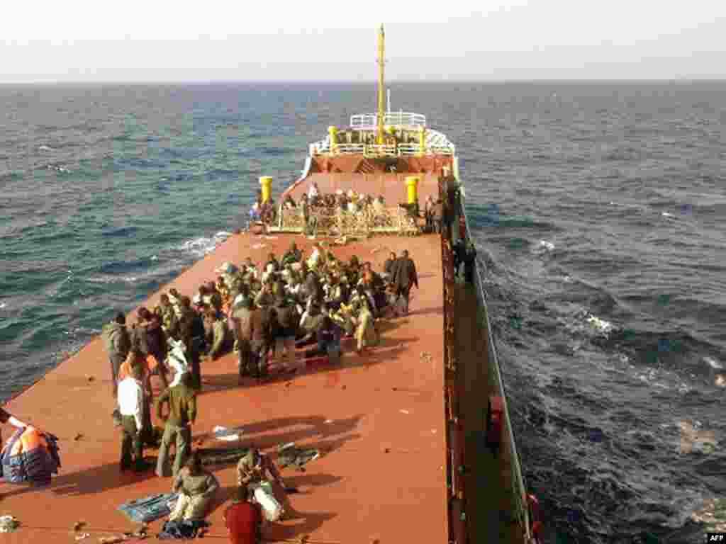 """Италия согласилась принять 140 нелегальных мигрантов, спасенных турецким судном """"Пинар"""" у побережья Мальты"""