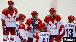 Игроки сборной России после поражения от команды Финляндии в четвертьфинале олимпийского турнира в Сочи