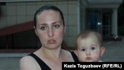 Көп балалы ана Оксана Шевчук кенже қызы Евамен бірге сот ғимаратының алдында тұр. Алматы, 31 мамыр 2019 жыл.