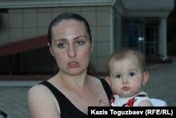 Многодетная мать Оксана Шевчук с дочерью Евой. Алматы, 31 мая 2019 года.