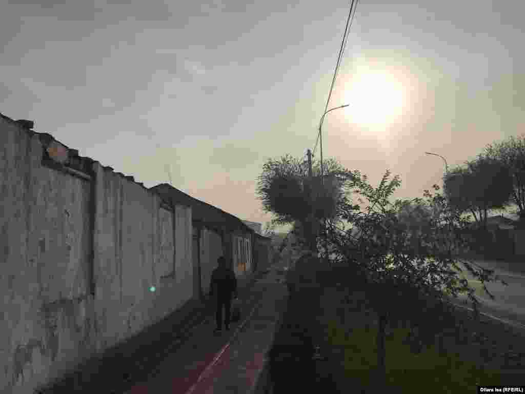 Солнце с трудом пробивается через смог.