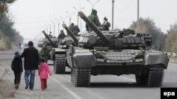 Танки пророссийских сепаратистов в Луганской области. Конец октября 2015 года