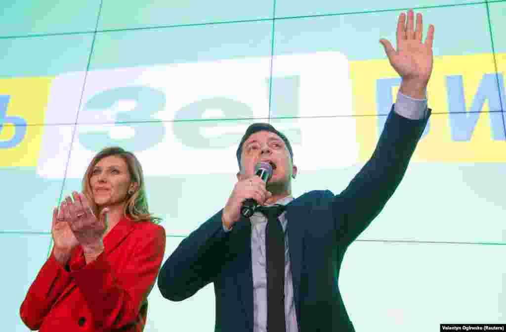 Ukrainian comic actor and presidential candidate Volodymyr Zelenskyy delivers a speech as his wife Elena applauds following the announcement of the first exit poll, March 31, 2019. (Reuters / Valentyn Ogirenko)