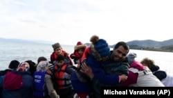 Refugiați și migranți care ajung în satul Skala Sikaminias, de pe insula greacă Lesbos, după ce au traversat marea Egee