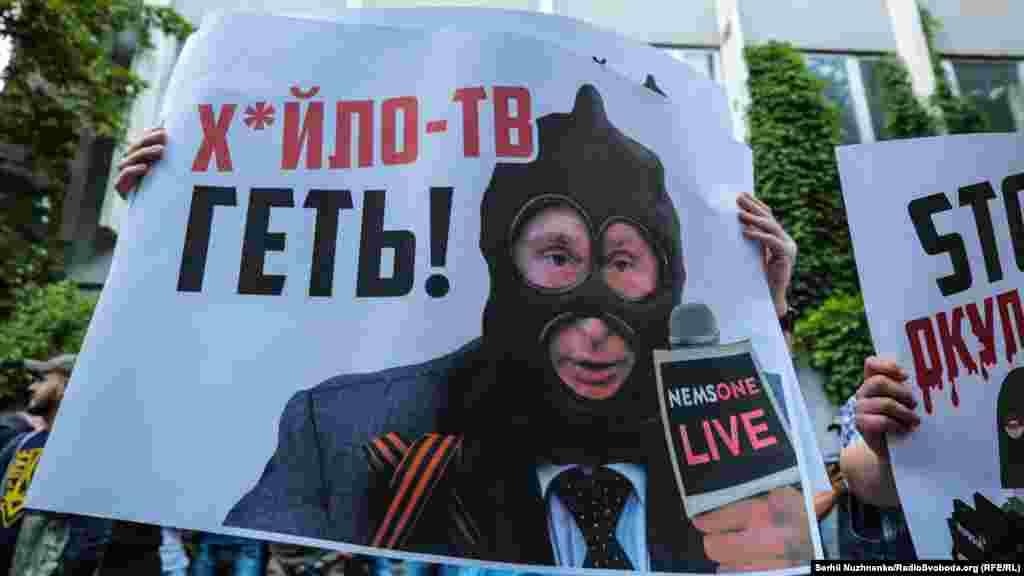 Під час акції «Ідемо на телеміст!» під телеканалом NewsOne. Київ, 8 липня 2019 року. БІЛЬШЕ ПРО ЦЕ