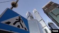 На пешеходном переходе стоит смотреть в обе стороны - могут сбить на встречной полосе