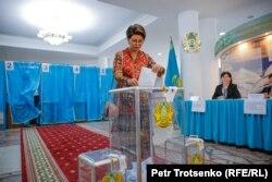 Певица Роза Рымбаева на президентских выборах в Алматы. 9 июня 2019 года.