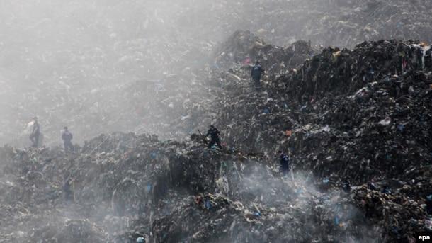 Рятувальники на території Грибовицького сміттєзвалища поблизу Львова, 30 травня 2016 року