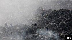 Рятувальники на території Грибовицького сміттєзвалища, 30 травня 2016 року (архівне фото)