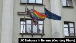 Вясёлкавы сьцяг над амбасадай Вялікай Брытаніі ў Менску