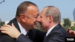 Azerbaijan -- Azerbaijani President Ilham Aliyev (L) hugs Russian President Vladimir Putin before their a meeting in Baku, August 8, 2016