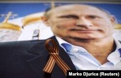 Зображення президента Росії Володимира Путіна з «георгіївською стрічкою» всередині «Бару Путіна» в сербському місті Новий Сад