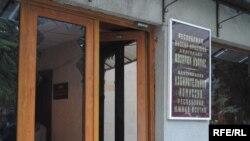 По оценкам местных юристов, вне зависимости от того, жили кандидаты от партий на парламентских выборах пять лет в республике или в каком-то другом месте, решение югоосетинского ЦИКа противозаконно
