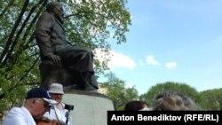 Гуляння біля пам'ятника казахському поетові Абаю Кунанбаєву в Москві