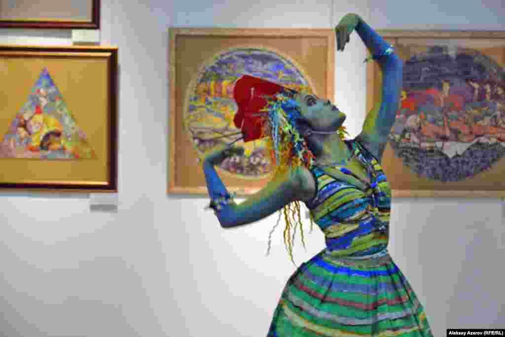 На вернисаже было показано балетное представление. Три девушки из хореографической студии «Империя танца» предстали в виде «оживших» героинь картин Сергея Калмыкова. Одежды для них из бумаги сшила Лариса Стародубцева – художник по костюмам, мастер-визажист международного класса. На фото – ожившая героиня картины «Лунная соната».