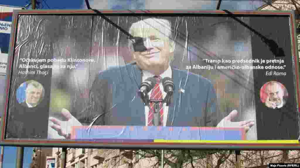 """Na bilbordu velikim ćiriličnim slovima se navodi """"Srbi su podržali"""", dok je na engleskom napisano """"Srbi su stajali uz njega sve vreme"""". Sa druge strane bilborda pored velike Trampove fotografije sa strane su fotografije kosovskog predsednika Hašima Tačija i albanskog premijera Edija Rame sa citatima svojih izjava """"Očekujem pobedu Klintonove, Albanci glasajte za nju"""" i """"Tramp kao predsednik je pretnja za Albaniju i američko-albanske odnose"""".Severna Mitrovica, Kosovo"""
