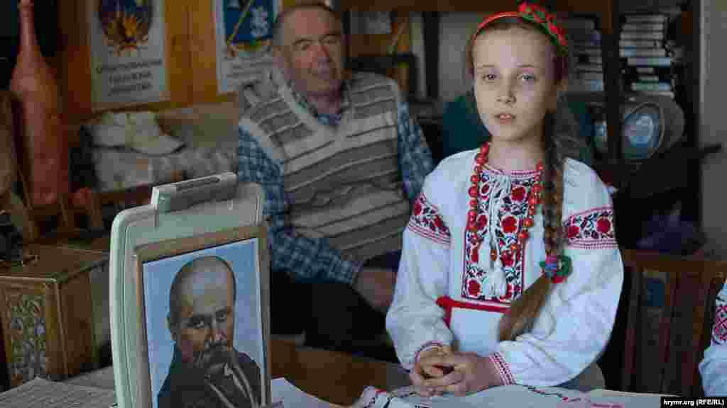 Aqyarda Taras Şevçenkonıñ doğğan künü. Sekiz yaşında Angelina Levon şairniñ şiirleri esasında yır yırlay