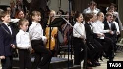 Детский хор Московского академического Музыкального театра имени К.С. Станиславского и Вл.И. Немировича-Данченко во время концертного исполнения оперы Бизе «Кармен», 7 мая 2005 года.