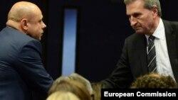 Комиссар по вопросам энергетики в Еврокомиссии Гюнтер Оттингер (справа) и министр энергетики Украины Юрий Продан после переговоров в Брюсселе 21 октября