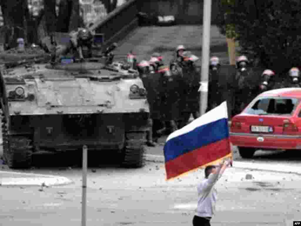 На улицах Митровицы. Столкновения с французским контингентом KFOR. 17 марта 2008