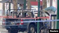 Оточений поліцією автомобіль, що згорів на в'їзді в торговельний центр у Мельбурні, 9 листопада 2018 року