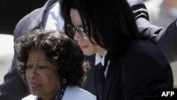 Michael Jackson dhe nëna e tij Katherine të fotografuar më 13 Qershor 2005