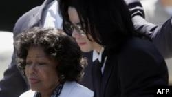 Майкл Джексон со своей матерью Кэтрин в 2005 году