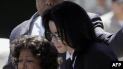 Майкл Джексон со своей матерью Кэтрин выходит из окружного суда Санта-Барбара, 13 июня 2005