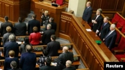 Бывшие президенты Украины Виктор Ющенко (третий справа), Леонид Кравчук (справа) и Леонид Кучма (второй справа) во время сессии парламента в Киеве, 28 января 2014 года.