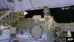 НАСА автронавты Терри Виртс ашық ғарышта жұмыс істеп жатыр. 25 ақпан 2015 жыл.