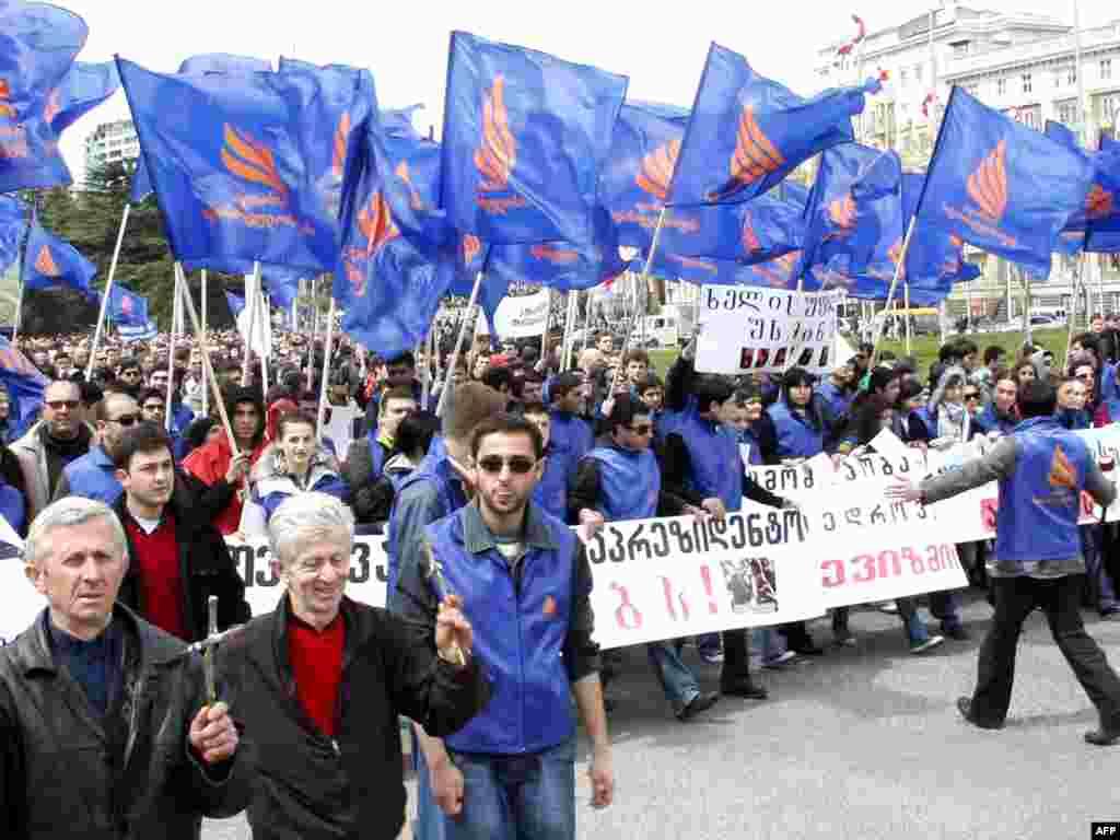 В Тбилиси десятки тысяч сторонников оппозиции вышли на митинг перед зданием парламента. Оппозиция требует отставки президента Грузии Михаила Саакашвили и заявляет, что акция протеста будет бессрочной