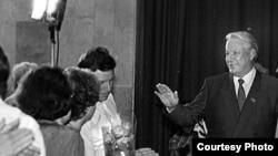 """Борис Ельцин в Доме кино в Москве, 1990 год <a href=""""/photogallery/245.html"""" target=""""_new"""">другие фотографии</a>"""