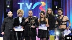 Këngëtari Ovidiu Anton (i treti në të majtë) është dashur të prezantojë Rumaninë, këtë vit, në Eurovizion.