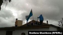 Женщины на крыше дома, снос которого начали судебные исполнители. Астана, 15 августа 2014 года.