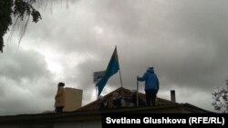 Пять женщин на крыше дома перед его сносом. Астана, 15 августа 2014 года.