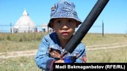 Ребенок набирает воду из источника. Иллюстративное фото.