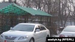 Жогорку Кеңештин гаражындагы Toyota Camry унаалары.