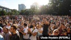 Як тысячы чалавек чакалі Ціханоўскую ў Кіеўскім сквэры. ШМАТ ФОТА